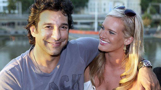 Waseem-Akram-Marrie-with-Australian-women-pictures