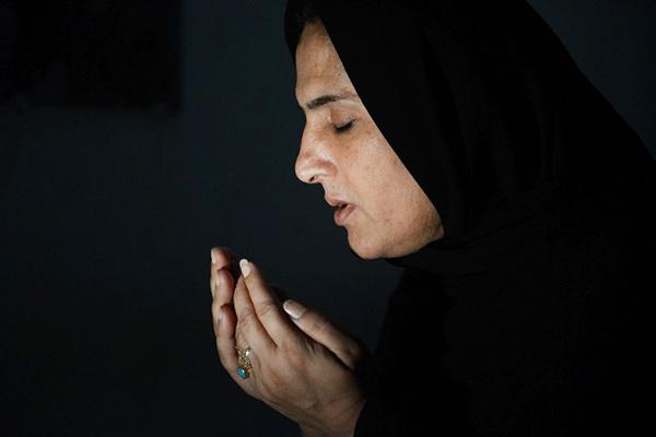 A transvestite praying. Photo reproduced courtesy Newsweek Pakistan.