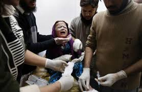 A Pakistani girl injured in a rocked attack by takfeeri terrorists, is treated at a local hospital in Peshawar