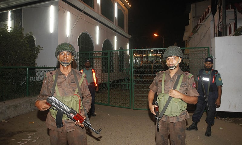 Bangladesh Border Guard members stand guard after a small a small bomb exploded outside Bangladesh capital's main Shia religious site in Dhaka on October 24, 2015. At least one person was killed and nearly 80 wounded in a bomb attack outside the main Shiite site in the Bangladeshi capital as thousands gathered for the annual Ashura procession, police said. AFP PHOTO