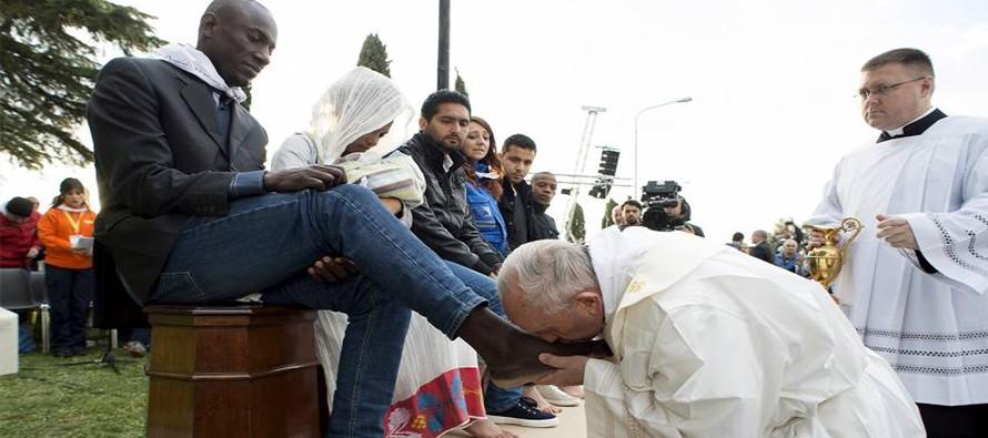 pope-kissing-feet-Laaltain-890x395_c