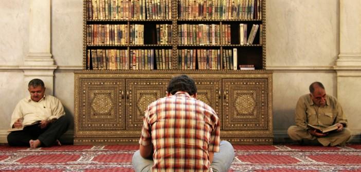 Men_reading_the_Koran_in_Umayyad_Mosque_Damascus_Syria-702x336
