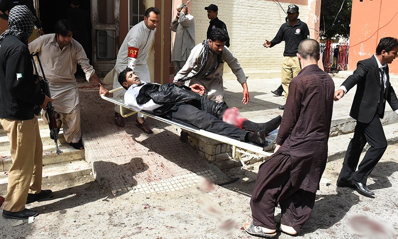 Pakistani volunteers use a stretcher to move an injured lawyer after a bomb explosion at a government hospital premises in Quetta on August 8, 2016. At least 20 people have been killed after a bomb went off at a major hospital in the southwest Pakistani city of Quetta, an AFP reporter and officials said, with fears the death toll could rise. / AFP PHOTO / BANARAS KHAN