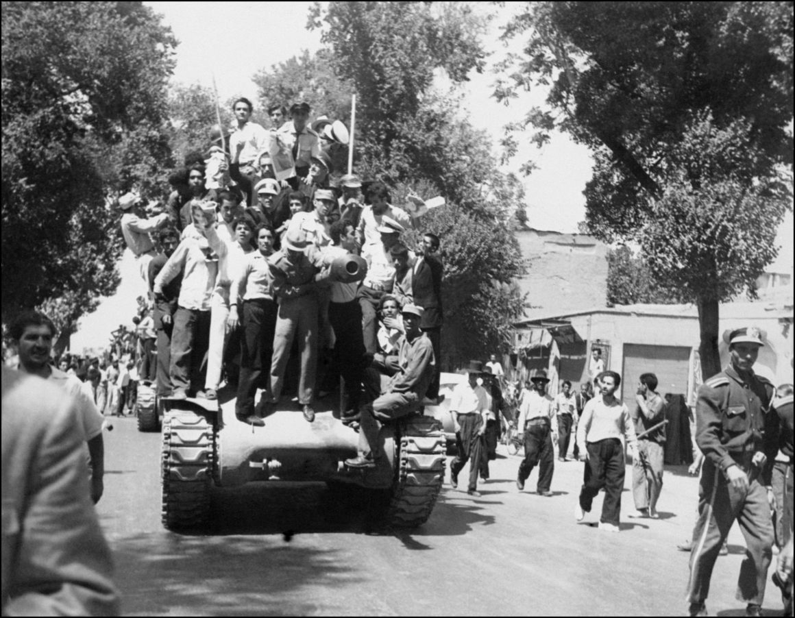Les monarchistes et l'Armée iranienne fraternisent le 27 août 1953 à Téhéran après la réussite du coup d'Etat. Le Shah d'Iran est rentré d'Italie le 22 août, où il était en exil, après la réussite du coup d'Etat pour restaurer la monarchie. / AFP / INTERCONTINENTALE / - (Photo credit should read -/AFP/Getty Images)